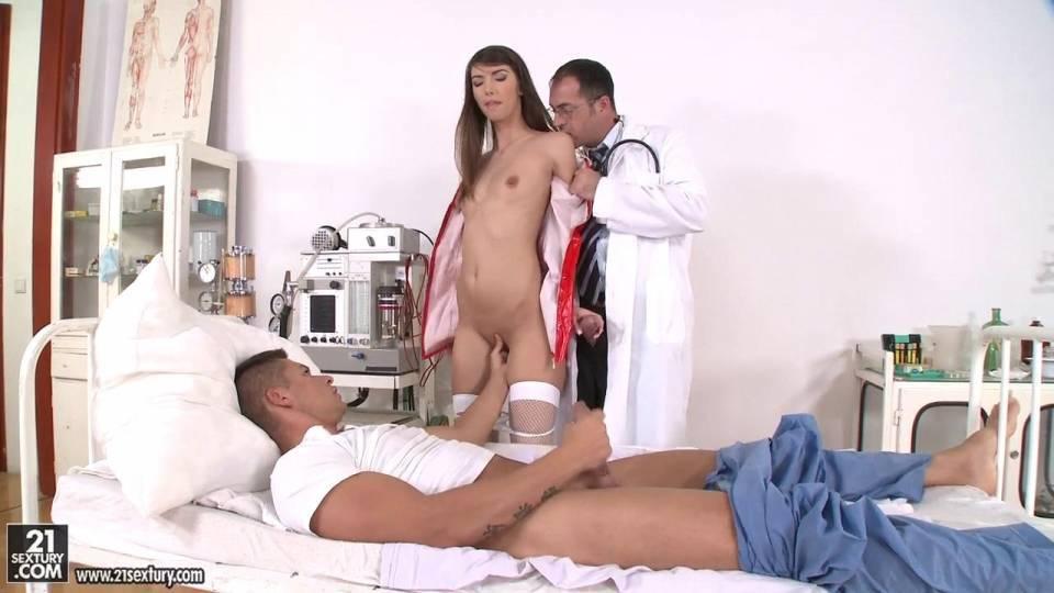 Распутная медсестра заполнена двумя членами