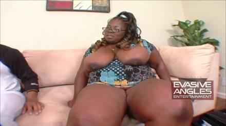 Жирная негритянка обрабатывает толстый хер