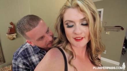 Пышная блондинка в кружевных чулках занялась сексом с ненасытным пикапером