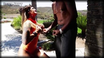 Похотливый негр развлекается на террасе с сексуальной мулаткой