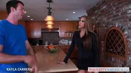 Красотка Kayla Carrera трахается с ненасытным любовником на кухне