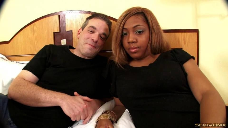 Белый мужчина трахает пышную негритянку