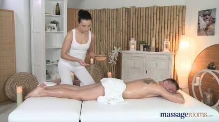 Прекрасная пара занимается хорошим вагинальным сексом во время массажа