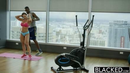 Сексуальная брюнетка занимается сексом с чернокожим тренером в спортивном зале