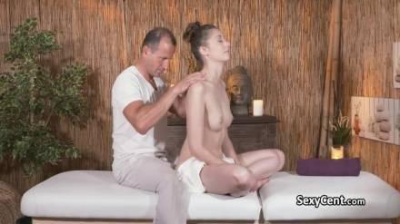 Взрослый массажист кончил на волосатый лобок молодой клиентки