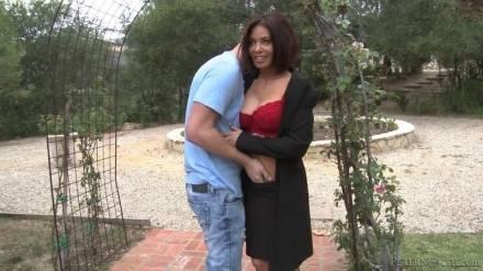 Молодой выебал сексуальную женщину в парке