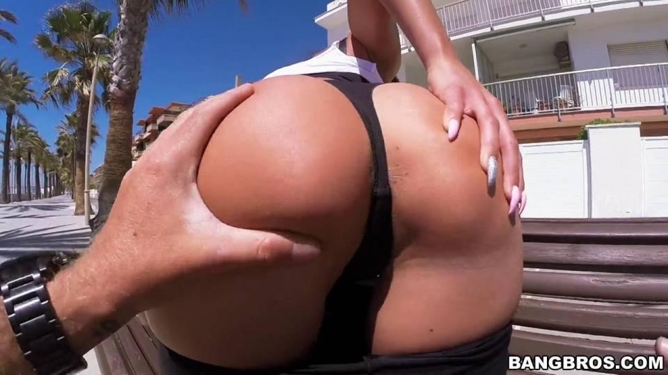 Секс на публике с голодной брюнеткой