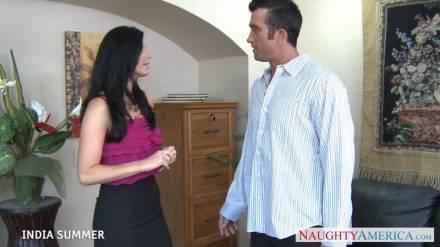 Деловая леди раздевает своего партнера ласкает головку члена и в кабинете делает ему глубокий отсос