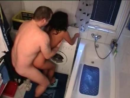Мужик трахает свою любовницу раком на полу в ванной и кончает внутрь