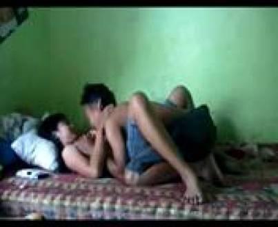 Пара горячих азиатских студентов устроила оргию на большой постели перед скрытой камерой