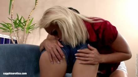 Брюнетка и блондиночка радуют друг дружку оральными ласками