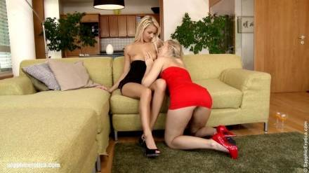 Блондинистые подруги Таня и Аннели доводят друг дружку вылизывание выбритых кисок