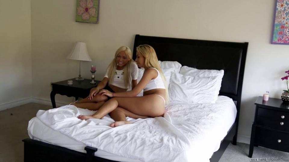 Две блондинки трахаются на большой кровати