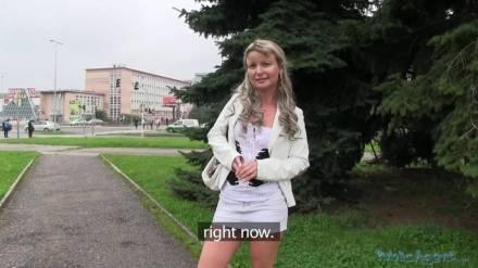 Пикапер снял шаловливую блондинку на улице в городе Прага и отымел за деньги