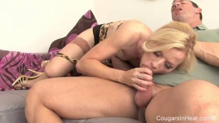 Блондинка с волосатой киской скачет на толстом члене