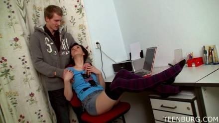 Студент трахает свою соблазнительную подружку за компьютерным столом