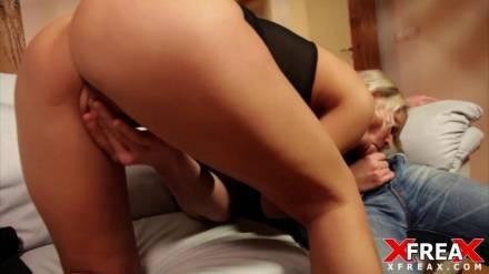 Горячая брюнетка трахается с похотливым пикапером с ненасытным самцом
