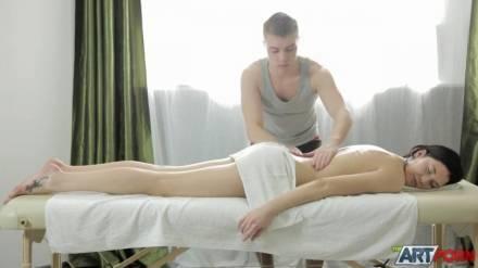 Парень сделал массаж молоденькой брюнетке, и не сдержавшись присунул ей в шмоньку