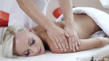 Блондинка трахается с симпатичным массажистом