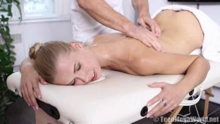 После массажа киски парень трахает клиентку