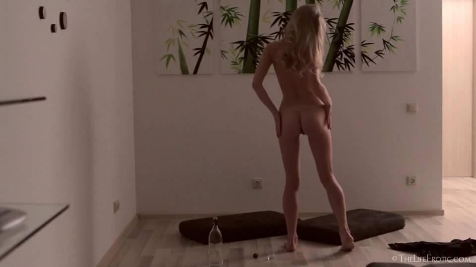 Красивая блондинка мастурбирует киску и получает оргазм