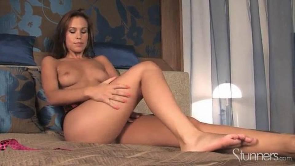 Прекрасная леди стонет от мастурбации выбритой киски