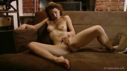 Худенькая сучка мастурбирует киску возбудившись от любовного романа