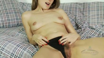 Девушка мастурбирует свою волосатую киску