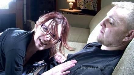 Извращенная дамочка в очках принимает член любовника в свою мокрую щелку