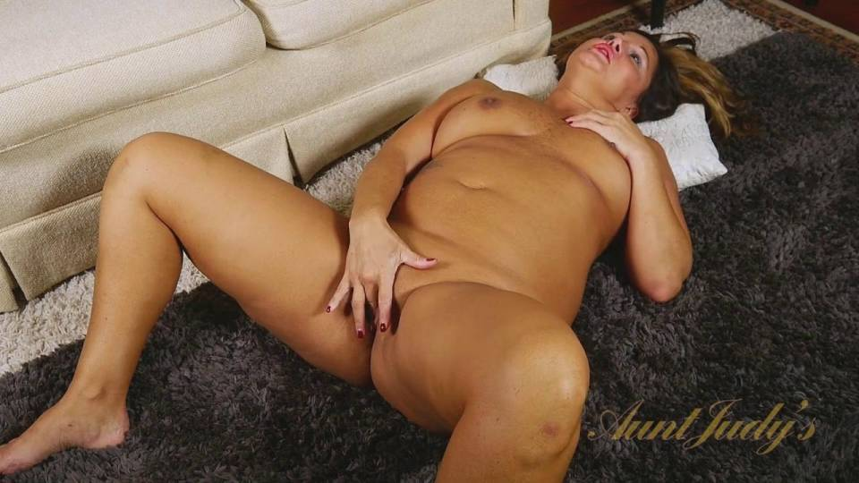 секс видео домохозяйка ласкает себя трахнул свою