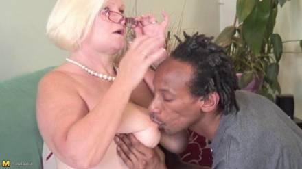 Парень вылизал пизду старухе и трахнул её