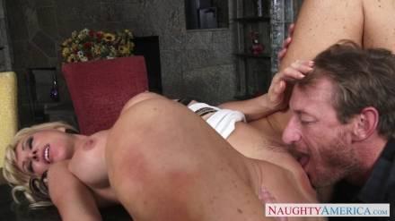 Жаркая грудастая сучка соблазнила мужика на дикий секс на столе