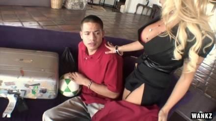 Блондинка с огромными дойками соблазняет скромного студентка с большим хуем