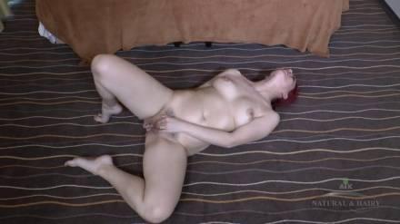 Взрослая баба мастурбирует на полу