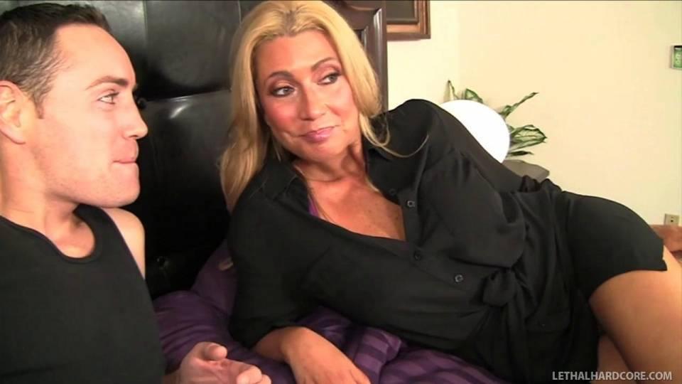 Секс мамы с дочерью и её бойфрендом