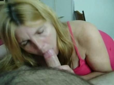 Взрослая жена сосёт мужу и он кончает ей в рот
