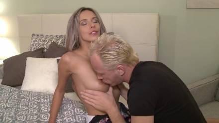 Молодая и самая сексапильная порно актриса Чехии трахается на большой кровати