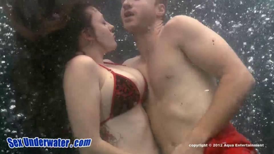 Горячий секс под водой вдвоем