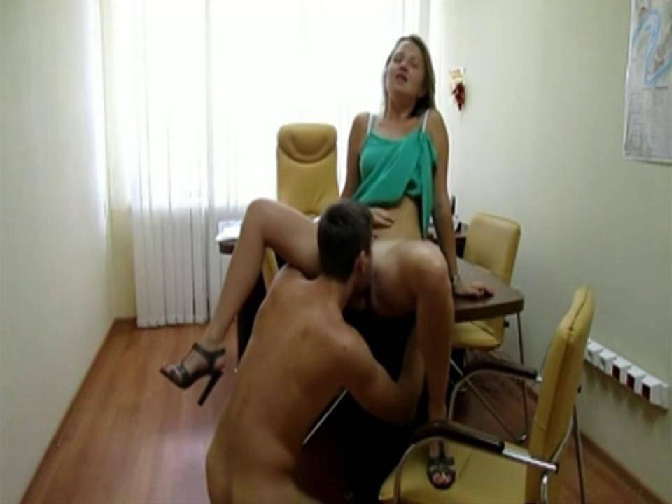Начальник трахает секретаршу на рабочем столе