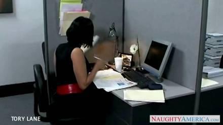 Сексуальная брюнетка кайфово развлеклась с коллегой во время обеденного перерыва