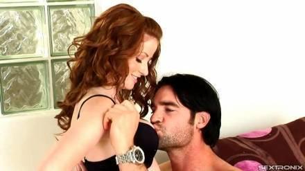 Сексуальная малышка с членом во рту