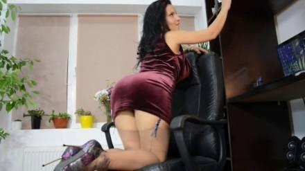 Невероятно страстная секретарша с пышными формами, шалит перед камерой на своём рабочем месте и кончает от мастурбации