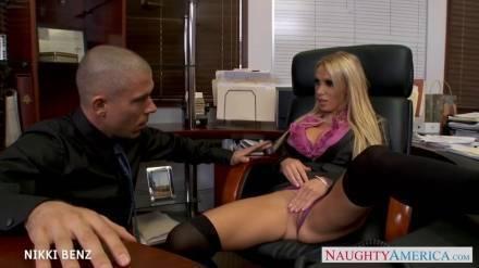Блондинка с огромными дойками громко трахается в офисе своего начальника