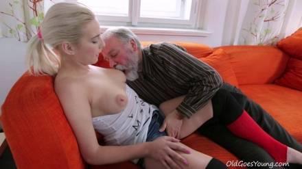 Пузатый старикан трахает красивую блондиночку