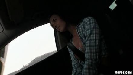 Секс в машине с шикарной брюнеткой