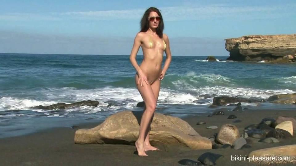 Сексуальная модель показала себя голенькой на берегу океана