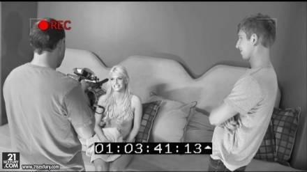ПАрен играет в прятки с блондинкой, а когда находит ее жестко наказывает анальным и оральным сексом