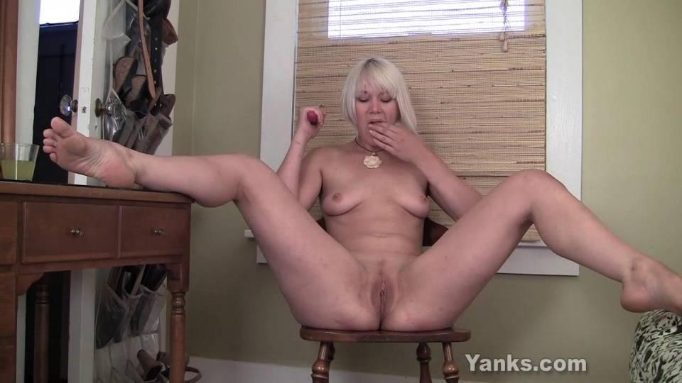 Блондинка мастурбирует розовым вибратором