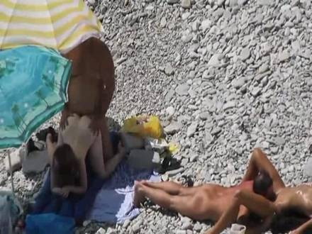 Озабоченные нудисты занимаются публичным сексом на людном пляже у моря