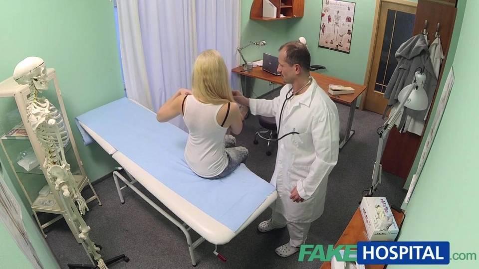 Довольный доктор трахает красивую блондинку в кабинете